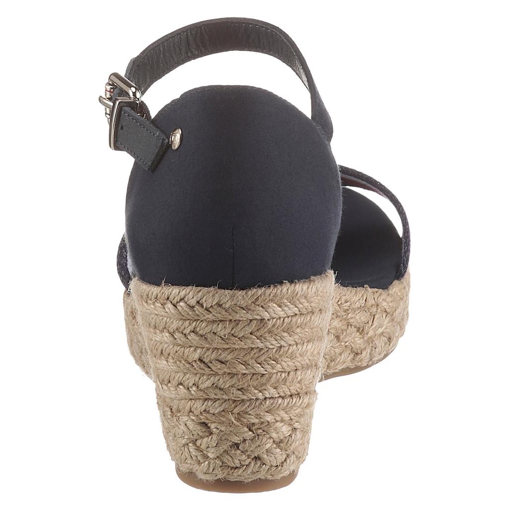 TOMMY HILFIGER Sandalette »SHIMMERY RIBBON MID WEDGE SANDAL«, mit gestreifter Textilbandage