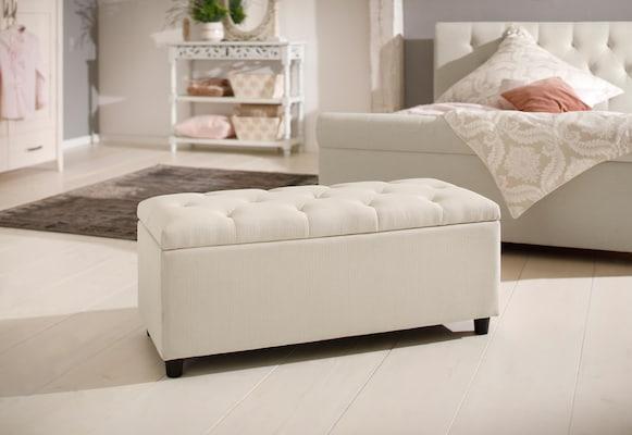 weiße gepolsterte Sitzbank für das Schlafzimmer