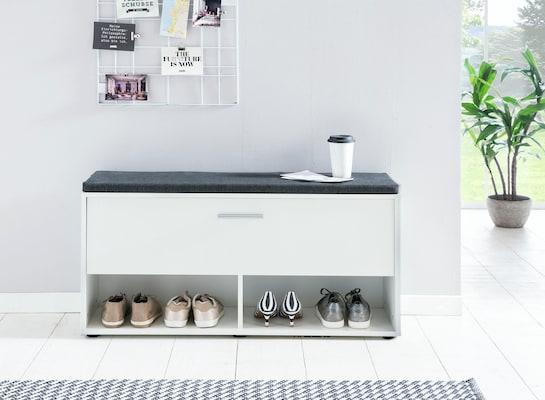 weiße Sitzbank für die Garderobe