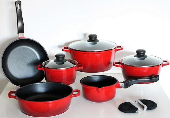 Kochtopfset mit Pfanne in Rot