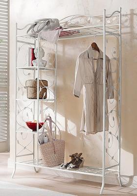 Garderobe mit Verschnörkelungen