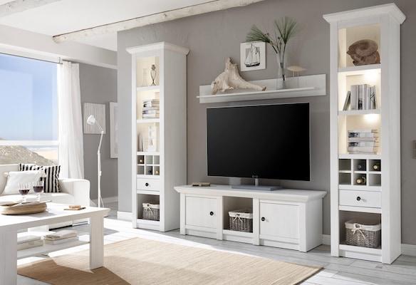 weiße Wohnwand im Landhausstil