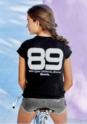 Bench. T-Shirt »Reflektierender Zahlenprint«, auf dem Rücken kaufen